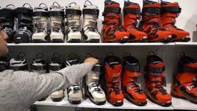 Käufer wählen Ski und Snowboardausrüstung stock video