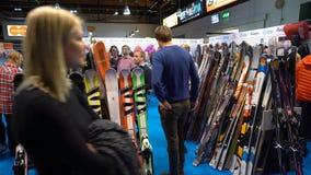 Käufer wählen Ski und Snowboardausrüstung stock footage