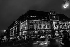 Käufer zielen zu Kaufhaus Kaufhaus DES Westens in Berlin lizenzfreie stockbilder