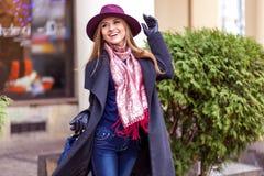 Käuferfrau, die draußen in der Straße lacht Lizenzfreie Stockfotos