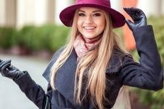Käuferfrau, die draußen in der Straße lacht Lizenzfreie Stockbilder