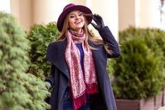 Käuferfrau, die draußen in der Straße lacht Lizenzfreies Stockbild