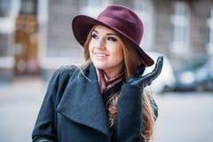 Käuferfrau, die draußen in der Straße lacht Lizenzfreie Stockfotografie