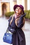 Käuferfrau, die draußen in der Straße lacht Stockfotos