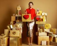 Käuferfrau mit Einkaufstasche, rotem Herzen und Smartphone stockbild
