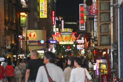 Käufernachtlebenneonanschlagtafeln Dotonbori-Straße, Osaka lizenzfreies stockbild