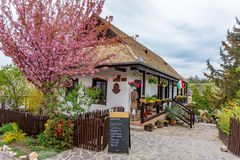 KÅ do ³ de Hollà ', Hungria/13 04 2019: Pouco vila no tempo de mola famoso para a celebração de easter e seu tradicional v foto de stock royalty free