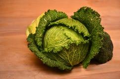 Kål blomkål, broccoli på träbakgrund Arkivfoto