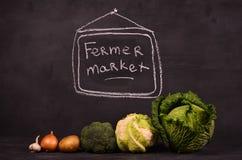 Kål, blomkålen, broccolipotatisar, lökar, vitlök och handen dragen teckenferme marknadsför royaltyfria foton