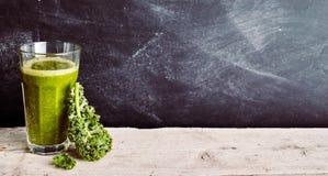 Kålblad och gräsplansmoothie med kopieringsutrymme Royaltyfria Bilder