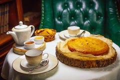 Kålpaj i de ryska kokkonsttraditionerna Royaltyfria Bilder