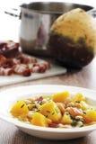 Kålrotgrönsaksoppa med bönor och bacon, kålrotkorm, bacon och kruka i bakgrund Royaltyfri Foto