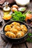 Kålrullar lät småkoka med kött och grönsaker i panna på mörk träbakgrund Royaltyfri Bild