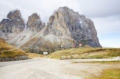 kåta 20 2016 Underteckna med logoen av Val Gardena Valley på vägen som ses från Passo Sella Royaltyfria Bilder