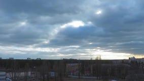 4K时间间隔,在早晨蓝色多云天空,云彩的迅速运动,早期的春天的太阳 股票录像