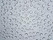 Kółkowe wodne kropelki lub krople na szklanym okno od deszczu fotografia royalty free