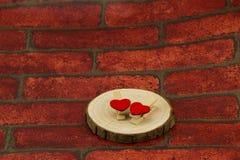 Kółkowi kawałki drewno na dwa serca kształtującym kahacie Obrazy Royalty Free