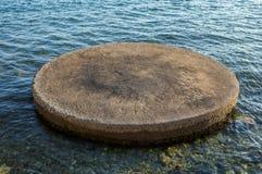 Kółkowy betonowy przedmiot otaczający płytkim morzem zdjęcia royalty free
