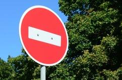 Kółkowy czerwień znak z białym prętowym wskazywaniem ŻADNY wejście na popielatej metal poczcie fotografia royalty free