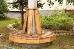 Kółkowy drewniany siedzenie dla wieloskładnikowych użytkowników obrazy stock