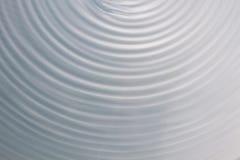 Kółkowy falowy ruch w rzadkopłynnym systemu błękitnych szarość tło dla Obraz Royalty Free