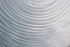 Kółkowy falowy ruch w rzadkopłynnym systemu błękitnych szarość tło dla Zdjęcie Stock