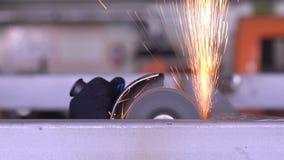 kółkowy mężczyzna zobaczyć pracy Komarnicy iskra od gorącego metalu zbiory wideo