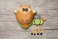 Kózka tworzył od chleba, sera i warzyw na stole, zdjęcie stock