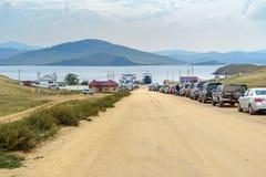 Kö av bilar som färjer mellan fastlandet och ön av Olkhon baikal lake russia Royaltyfri Fotografi
