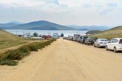 Kö av bilar som färjer mellan fastlandet och ön av Olkhon baikal lake russia Royaltyfria Bilder
