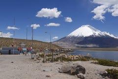 Kö av lastbilar på gränskontrollen, circa Putre, Chile Fotografering för Bildbyråer