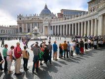 Kö av troget besöka Vaticanet City i Rome royaltyfri foto
