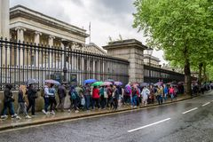 Kö framme av British Museum i London Arkivfoto