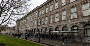 Köa för boken av Kells på Treenighethögskolan som brett är ansedd för att vara det mest prestigefulla universitetet i Irland Arkivfoto