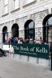 Köa för boken av Kells på Treenighethögskolan som brett är ansedd för att vara det mest prestigefulla universitetet i Irland Royaltyfri Bild