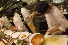 Köche bei der Arbeit Stockfotos