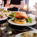 Köche, die Teller des strengen Vegetariers vorbereiten Stockfoto