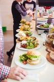 Köche, die Teller am Restaurant vorbereiten Lizenzfreie Stockbilder