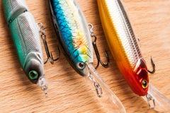 Köder für Fischen - Wobbler auf hellem Holz Lizenzfreie Stockbilder