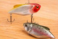 Köder für Fischen - Wobbler auf hellem Holz Stockfotos