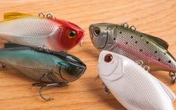 Köder für Fischen - Wobbler auf hellem Holz Lizenzfreies Stockfoto