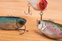 Köder für Fischen - Wobbler auf hellem Holz Lizenzfreie Stockfotografie