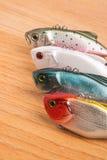 Köder für Fischen - Wobbler auf hellem Holz Lizenzfreies Stockbild