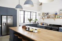 Kökö i ett kök för stor familj arkivfoton