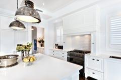 Kök av det lyxiga och härliga huset med den dinning tabellen Arkivbilder