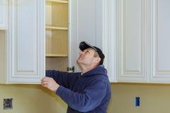 Kök för Ð-¿ hemförbättring omdanar sikt som installeras i ett nytt kök royaltyfria foton