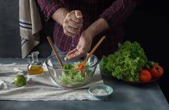 Kök för hem för sallad för manmatlagninggrönsak arkivbild