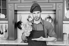 Kök för matlagning för förkläde för mankockkläder Vegetariskt recept för mankock med nya grönsaker Nya grönsaker för hacka Grönsa arkivfoton