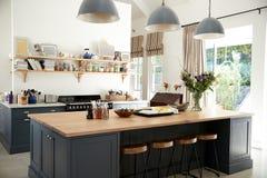 Kök för stor familj i periodomvandlingshus, vinkelsikt arkivbild
