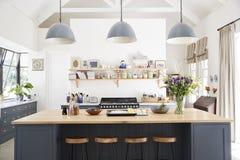 Kök för stor familj i periodomvandlingshuset, raksträcka på royaltyfria foton